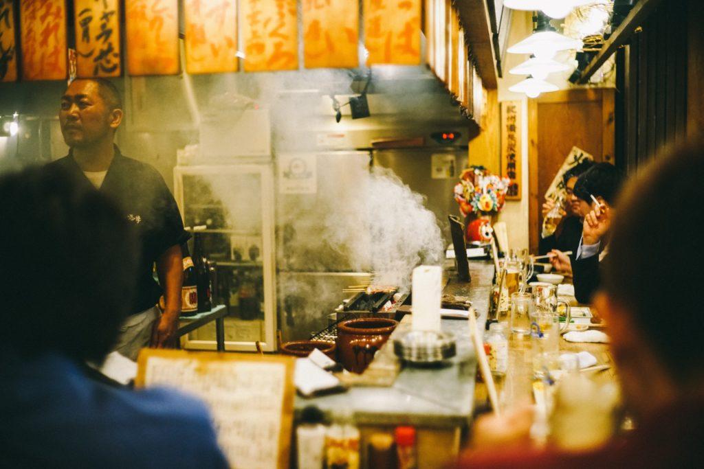 Piccolo ristorante giapponese a Shinjuku, foto di Josh Wilburne