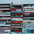 Pila di libri in stile moderno - Photo by Annie Spratt on Unsplash