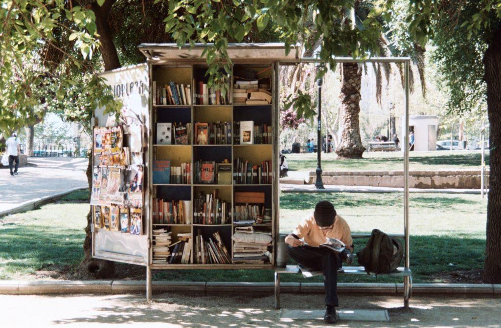 Libreria ambulante - Photo by Laëtitia Buscaylet on Unsplash