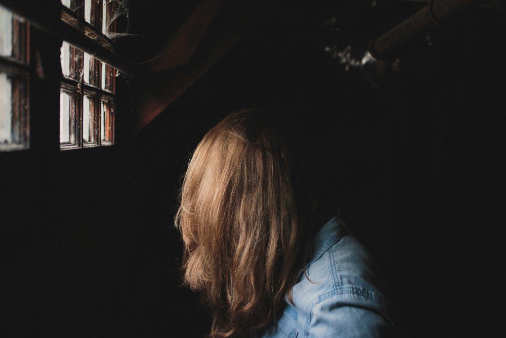 ragazza giù di morale - Andrew Neel